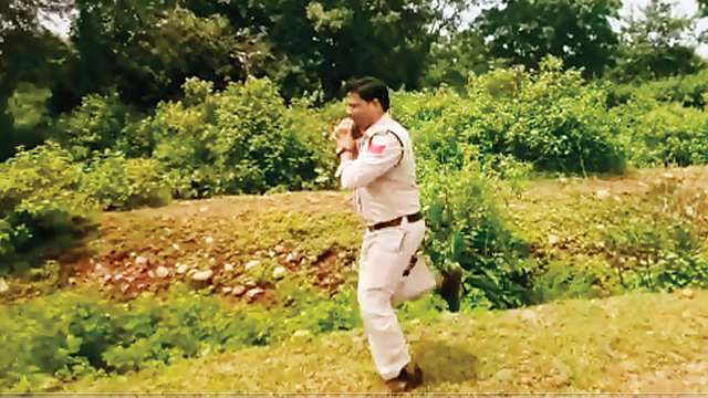 MP Policeman Runs 1Km with 10 kg Bomb